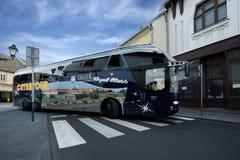 BELGRAD SERBIEN, 11 SEPTEMBER 2015: Lyxig buss på gatorna av Belgra Royaltyfri Bild