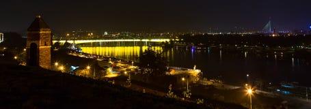 Belgrad-Stadt, Serbien an der Nachtzeit Ada Bridge, Gebäude und die Donau Lizenzfreies Stockfoto