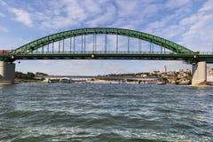 Belgrade Brankos bro med turist- port på Sava River arkivfoto