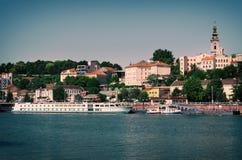 Belgrade cityscape på Sava arkivfoton