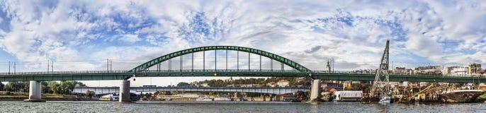 Belgrade panorama - gamla Savas bro och Brankos bro med T arkivfoton