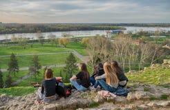 BELGRADE SERBIA, KWIECIEŃ, -, 2018: Dziewczyny cieszą się miasto widok od wzgórza w Belgrade Kalemegdan Zdjęcie Stock