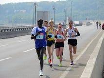 BELGRADE SERBIA, KWIECIEŃ, - 22: Grupa maratonów konkurenci podczas 30 th Belgrade maratonu na Kwietniu 22, 2017 Zdjęcie Stock