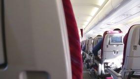 BELGRADE SERBIA, LUTY, - 2014: Wewnętrzny widok tropi strzał siedzenie i nawa samolot zbiory wideo