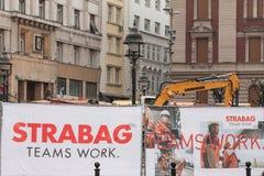 BELGRADE, SERBIE - 25 AOÛT 2018 : Logo de Strabag sur un de leurs chantiers de construction à Belgrade Strabag est entreprise de  photo stock