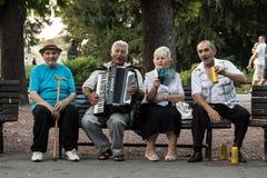 BELGRADE, SERBIE - 30 AOÛT 2015 : Personnes âgées serbes célébrant, jouant l'accordeon et buvant de la bière locale Images stock