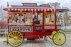BELGRADE, SERBIE - 18 MARS 2017 : Chariot drôle avec un bon nombre de sucettes colorées Image stock