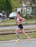BELGRADE SERBIEN - APRIL 22: En oidentifierad kvinna kör i den 30th Belgrade maraton på April 22, 2017 Fotografering för Bildbyråer