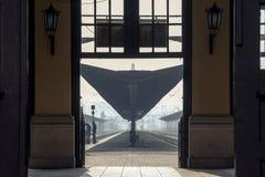 BELGRADE SERBIEN - FEBRUARI 14, 2015: Folk som väntar på plattformar för station för drev för Belgrade ` s huvudsakliga arkivbilder