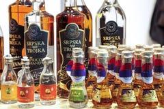 BELGRADE SERBIEN - FEBRUARI 25, 2017: Olika flaskor av rakija, av olika format och anstrykningar, på skärm under Belgren 2017 Arkivfoto