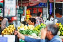 Belgrade Serbien - 19 Juli, 2016: Det olika folket på bönder marknadsför Zeleni Venac i Belgrade, Serbien Royaltyfri Bild