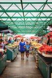 Belgrade Serbien - 19 Juli, 2016: Det olika folket på bönder marknadsför Zeleni Venac i Belgrade, Serbien Royaltyfri Foto