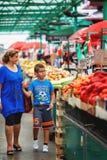 Belgrade Serbien - 19 Juli, 2016: Det olika folket på bönder marknadsför Zeleni Venac i Belgrade, Serbien Royaltyfri Fotografi