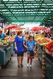 Belgrade Serbien - 19 Juli, 2016: Det olika folket på bönder marknadsför Zeleni Venac i Belgrade, Serbien Royaltyfria Bilder