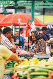 Belgrade Serbien - 19 Juli, 2016: Det olika folket på bönder marknadsför Zeleni Venac i Belgrade, Serbien Fotografering för Bildbyråer