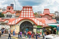 Belgrade Serbien - 19 Juli, 2016: Det olika folket på bönder marknadsför Zeleni Venac i Belgrade, Serbien Arkivbild