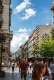 Belgrade Serbien - 19 Juli, 2016: Folk som går på den mest berömd shoppinggatan och av de favorit- destinationerna av touris Royaltyfria Foton