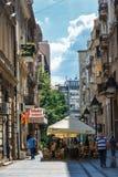 Belgrade Serbien - 19 Juli, 2016: Folk som går på den mest berömd shoppinggatan och av de favorit- destinationerna av touris Arkivfoton