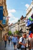 Belgrade Serbien - 19 Juli, 2016: Folk som går på den mest berömd shoppinggatan och av de favorit- destinationerna av touris Royaltyfri Foto