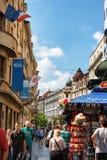 Belgrade Serbien - 19 Juli, 2016: Folk som går på den mest berömd shoppinggatan och av de favorit- destinationerna av touris Arkivfoto