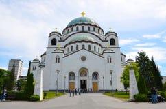 Belgrade Serbien - Maj 25, 2013 - främre sikt av St Sava Church Turister besöker den berömda kyrkan av staden Royaltyfria Bilder