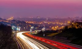 Belgrade stadshuvudväg på det långa exponeringsskottet för natt royaltyfri foto