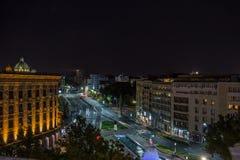 Belgrade vid nigt som ses från början av konungen Alexander Bulevar eller kraljaen Aeksandra, med den synliga nationalförsamlinge royaltyfri fotografi
