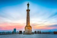 Belgrado en la puesta del sol Estatua de Pobednik foto de archivo