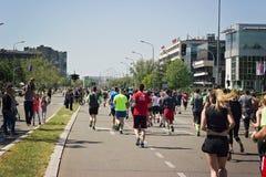 BELGRADO, SÉRVIA - 21 de abril de 2018: Corredores de maratona que correm sobre imagens de stock