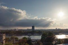 BELGRADO, SÉRVIA - 23 DE ABRIL DE 2017: Belgrado nova Novi Beograd no por do sol, com a torre de Usce na parte dianteira, vista d fotos de stock royalty free