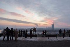 BELGRADO, SÉRVIA - 1º DE JANEIRO DE 2015: povos que tomam imagens de Belgrado nova Novi Beograd da fortaleza de Kalemegdan Fotografia de Stock Royalty Free