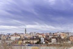 BELGRADO, SÉRVIA - 4 DE NOVEMBRO DE 2017: Opinião da cidade com céu dramático imagens de stock royalty free