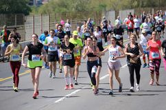BELGRADO, SERBIA - 21 APRILE: Un gruppo di dur maratona dei concorrenti Fotografia Stock Libera da Diritti