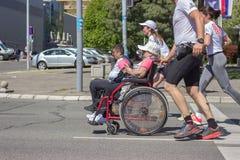 BELGRADO, SERBIA - 21 de abril de 2018: Atletas discapacitados en whee foto de archivo