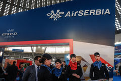 BELGRADO, SERBIA - 25 DE FEBRERO DE 2017: Personal de Serbia del aire que presenta en el soporte del ` s del portador durante la  Foto de archivo