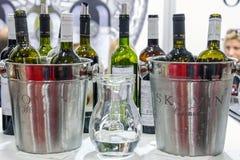 BELGRADO, SERBIA - 25 FEBBRAIO 2017: Bottiglie di vino dalla cantina di Skovin pronta per avere un sapore durante la fiera del vi Fotografia Stock