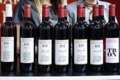 BELGRADO, SERBIA - 25 FEBBRAIO 2017: Bottiglie di vino rosso e bianco dalla Serbia su esposizione ad un supporto della fiera del  Fotografie Stock
