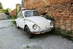 BELGRADO, SERBIA 7 GIUGNO 2019: Retro bianco di Volkswagen Beetle parcheggio vicino ad un muro di mattoni alla via Belgrado, Serb immagine stock libera da diritti