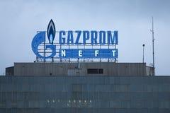 BELGRADO, SERVIË - APRIL 29, 2017: Embleem van het Gazprom-hoofdkwartier voor Servië Gazprom is het belangrijkste energiebedrijf  Stock Fotografie