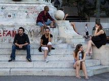 BELGRADO, SERVIË - AUGUSTUS 2, 2015: Mensen jonge meisjes, jongens en een oude mens die op het Vierkant van de Republiek onder ic royalty-vrije stock afbeelding