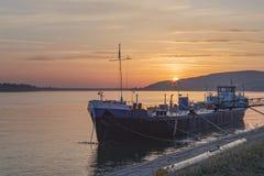 Belgrado, Servië - een gedokt schip in Ada Huja, de rivier van Donau royalty-vrije stock foto
