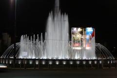 Belgrado, Servië: 23 juni 2017 - De Nieuwe Muzikale Fontein in Belgrado dichtbij Hotel Slavija in Belgrado Stock Foto