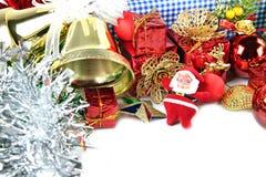 Belhi dorate e decorazioni accessorie del giorno di Natale. Immagini Stock