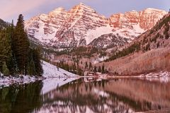 Belhi marrone rossiccio e lago marrone rossiccio ad alba fotografie stock libere da diritti