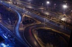 Belichtete Autobahnkreuzung bis zum Nacht mit Spuren des blauen und roten Lichtes stockfotos