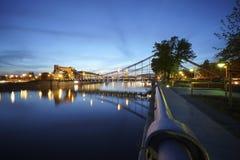 Belichtete Brücke über reflektierendem Fluss Lizenzfreie Stockfotos