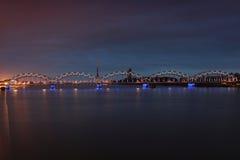 Belichtete Brücke Stockfoto