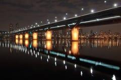 Belichtete Brücke nachts Lizenzfreie Stockbilder
