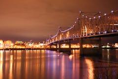 Belichtete Brückenüberfahrt über dem Illinois-Fluss lizenzfreie stockfotos