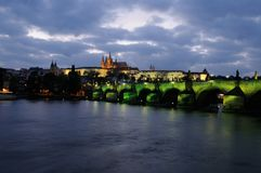 Belichtete Charles-Brücke und das Prag-Schloss nachts Stockfoto
